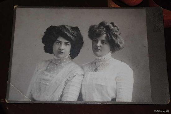 Дореволюционная баварская кабинетная фотография 1910 года., - с двумя прекрасными, портретными барышнями того периода-!