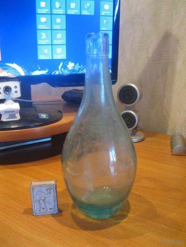 Красивая старая бутылка.