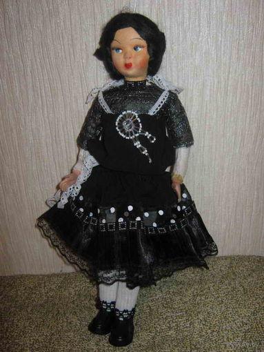 Очень старая и антикварная, ещё довоенной поры, коллекционная кукла-Софи из папе-маше, Италия. Была произведена капитальная реставрация костюма куклы). Покупала в Риме за приличную сумму.