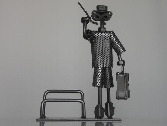 """Металлическая фигурка - подставка для визиток """"БИЗНЕСМЕН"""" известного немецкого скульптора Гюнтера Шольца."""