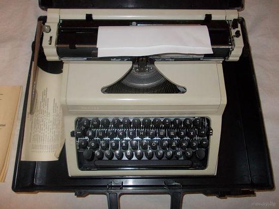 Печатная машинка Любава 1989 г. модель ПП-305-01 + книга по машинописи в подарок