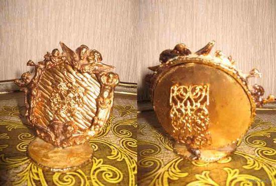 Антикварная миниатюрная рамка под золото, а может и само золото, не проверяла, не знаю, - но думаю, что просто позолота.