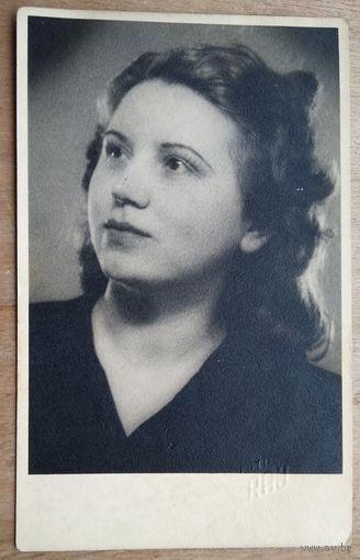 Фотопортрет женщины. 1940 г. Прага. 8.5х13.5 см