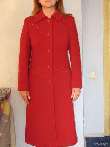 Пальто женское, красивого красного цвета