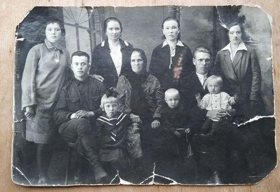 Фото большой семьи. 1930-е. 11.5х17 см.