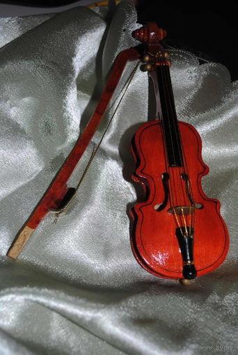 Миниатюрная скрипка со смычком - дерево, - ручная работа, помещается на ладони, можно использовать, как для куклы или просто, как оригинальный сувенир.