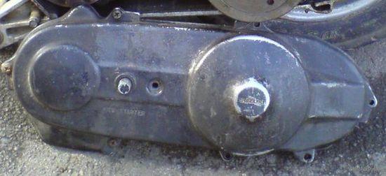 Крышка моторная со стороны вариатора на скутер Сузуки Сепия-Адресс