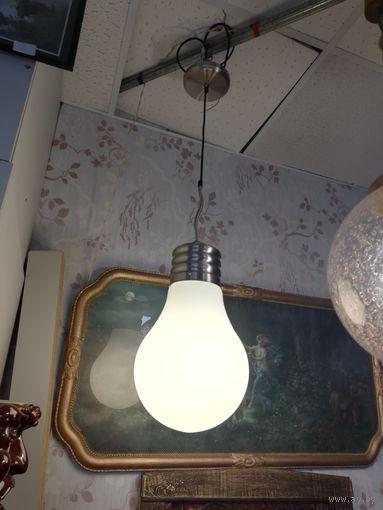 Люстр в виде огромной лампочки.